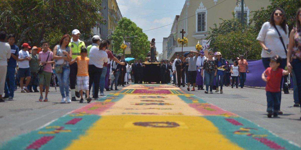 """Elaboran la """"alfombra más grande del mundo"""" en el Paseo de la Sexta"""