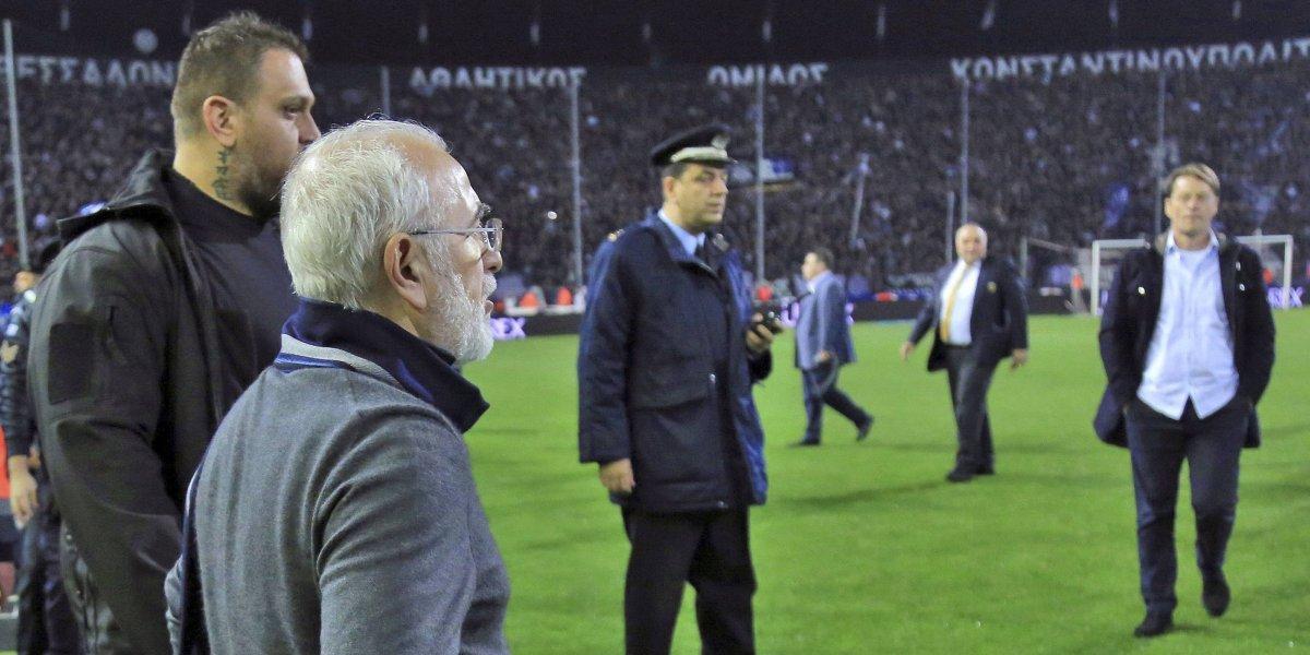 El cuestionado dirigente del PAOK recibió dura sanción por entrar armado a la cancha