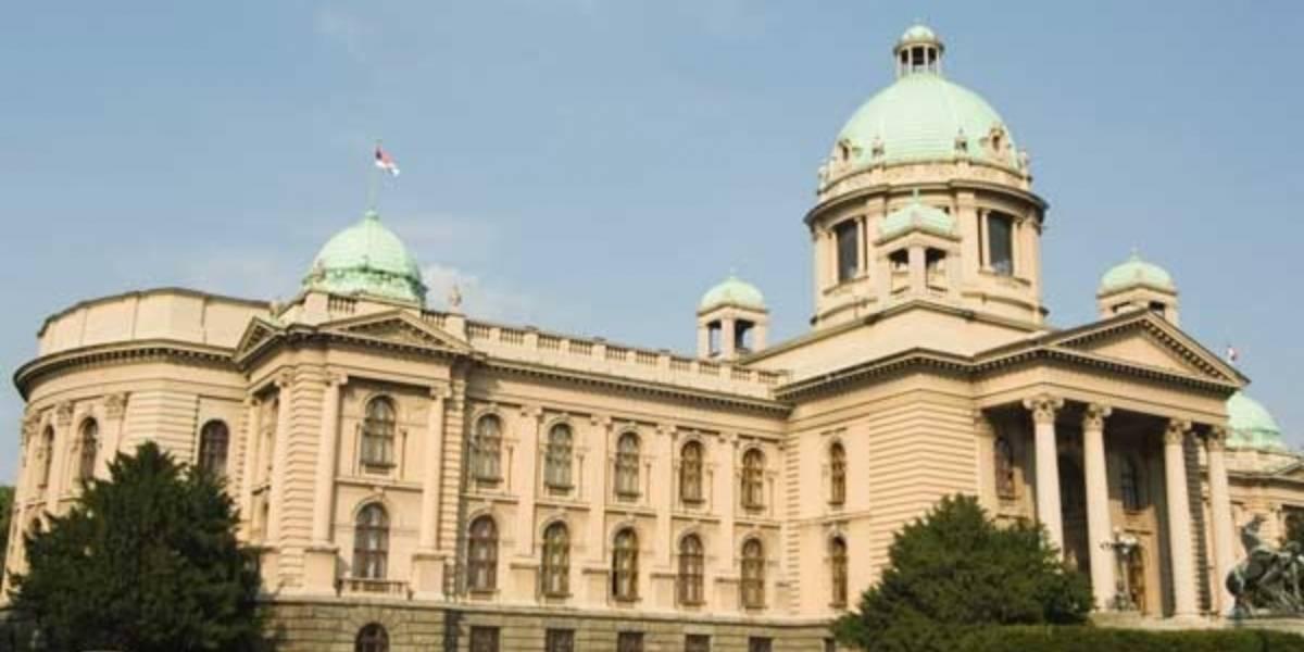 Evacúan el Parlamento de Serbia por la presencia de un hombre con explosivos