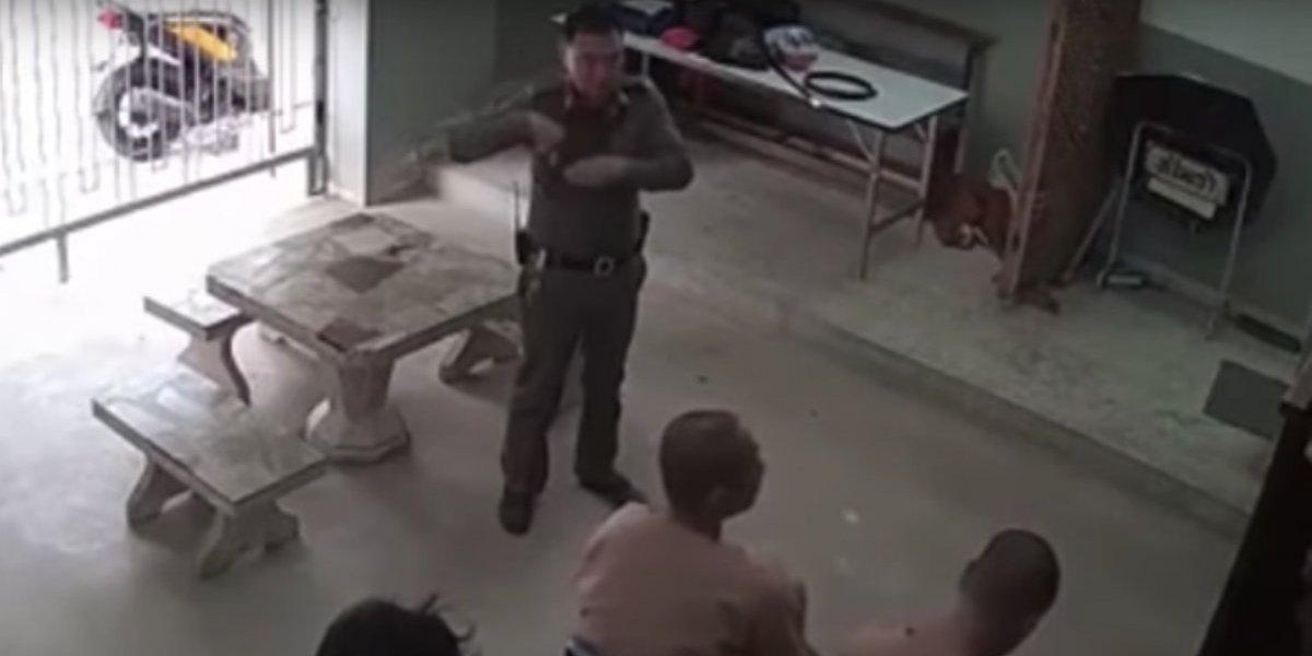 Dos presos con grilletes en los pies se fugan de una corte