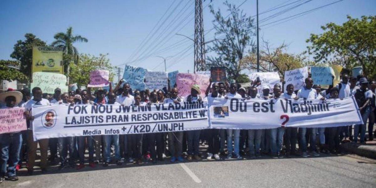 Cientos de personas reclaman en calles de Haití aparición de fotógrafo