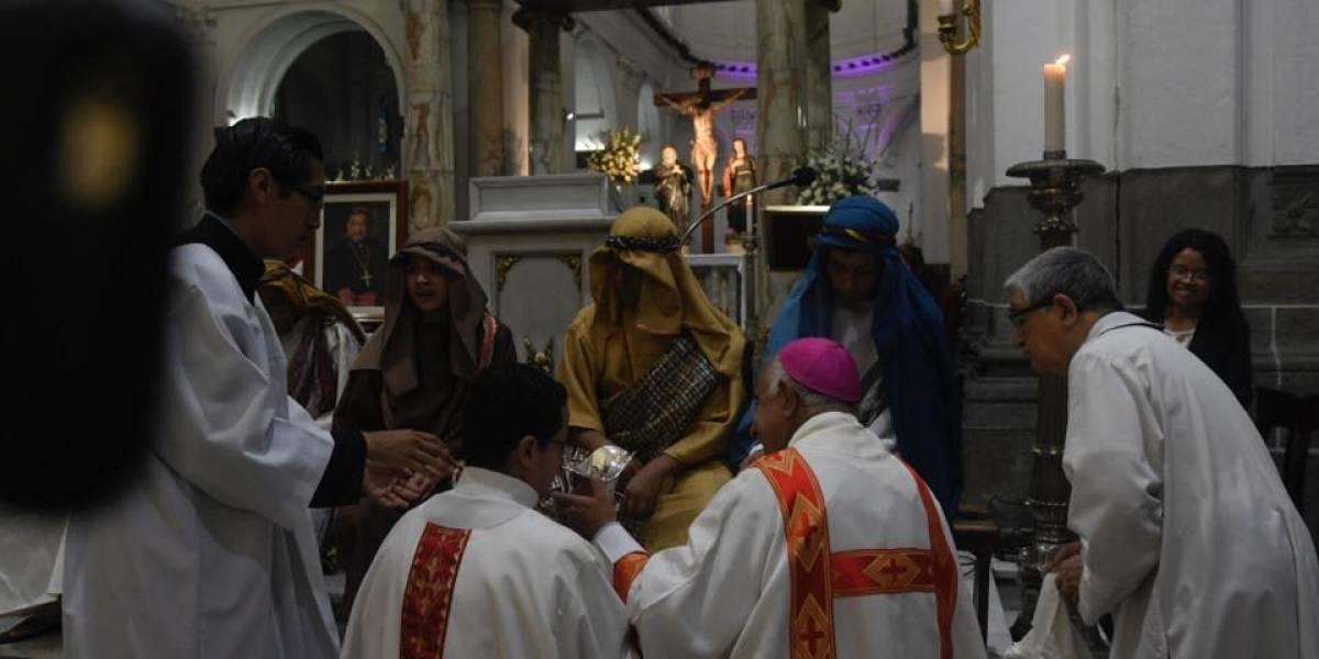 El detalle especial durante Lavatorio de pies en la Catedral