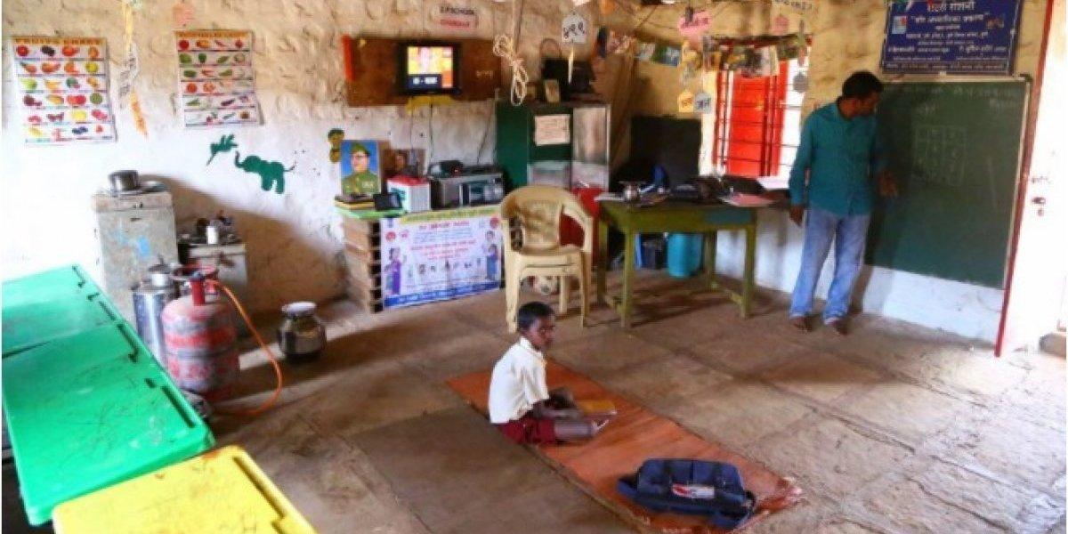 Professor viaja 50 km por dia para ensinar somente um estudante em aldeia na Índia