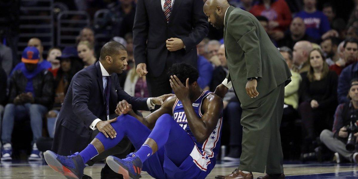 VIDEO: Jugador de los 76ers sufre conmoción cerebral y fractura en el ojo tras duro cabezazo