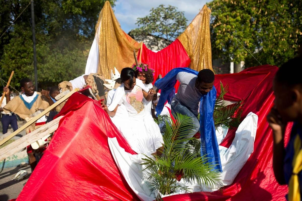 Varios actores intentan salir de un escenario que se les vino abajo, el el cual se describía la cuarta estación del Víacrucis por el Viernes Santo en Haití, el viernes 30 de marzo de 2018. Miles de haitianos conmemoran la crucifixión de Jesús con representaciones del Víacrucis, que incluye 14 estaciones, cada una de las cuales rememora algún acontecimiento en el recorrido de Jesús hacia su muerte en la cruz. (AP Foto/Dieu Nalio Chery)