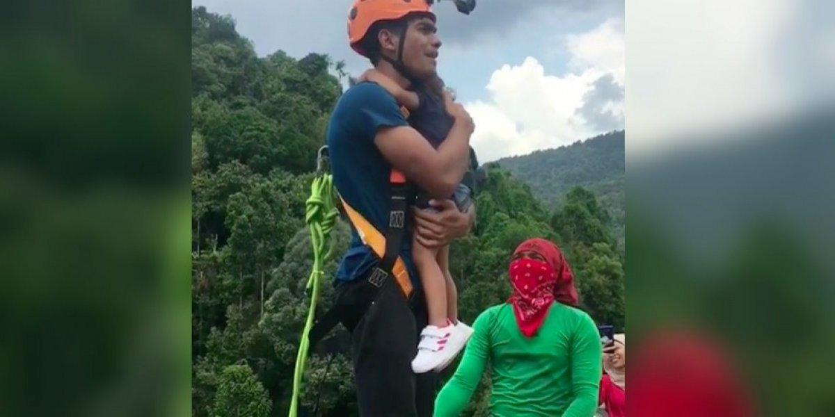 VIDEO: Hombre se avienta con su hija de dos años del bungee