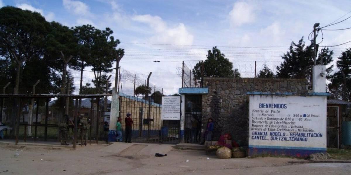 Detienen a señalados de intentar ingresar licor a cárcel de Quetzaltenango