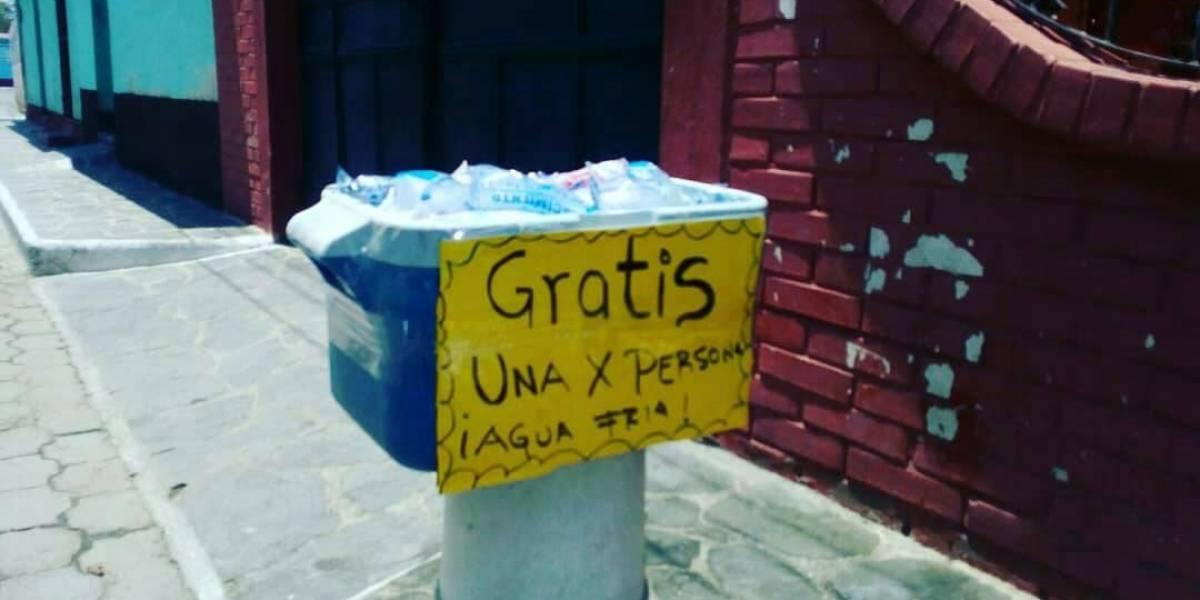 Comparten foto de vecino en Zacapa que brinda agua fría gratis