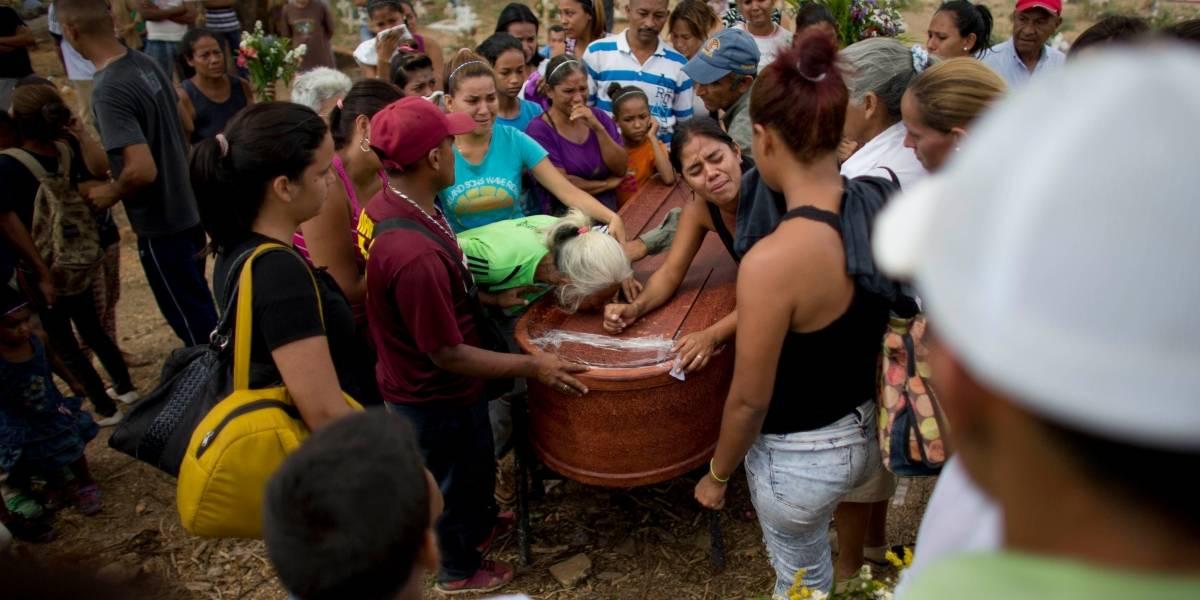 Venezuela: Con un funeral masivo despidieron a las víctimas de incendio en penal de Carabobo
