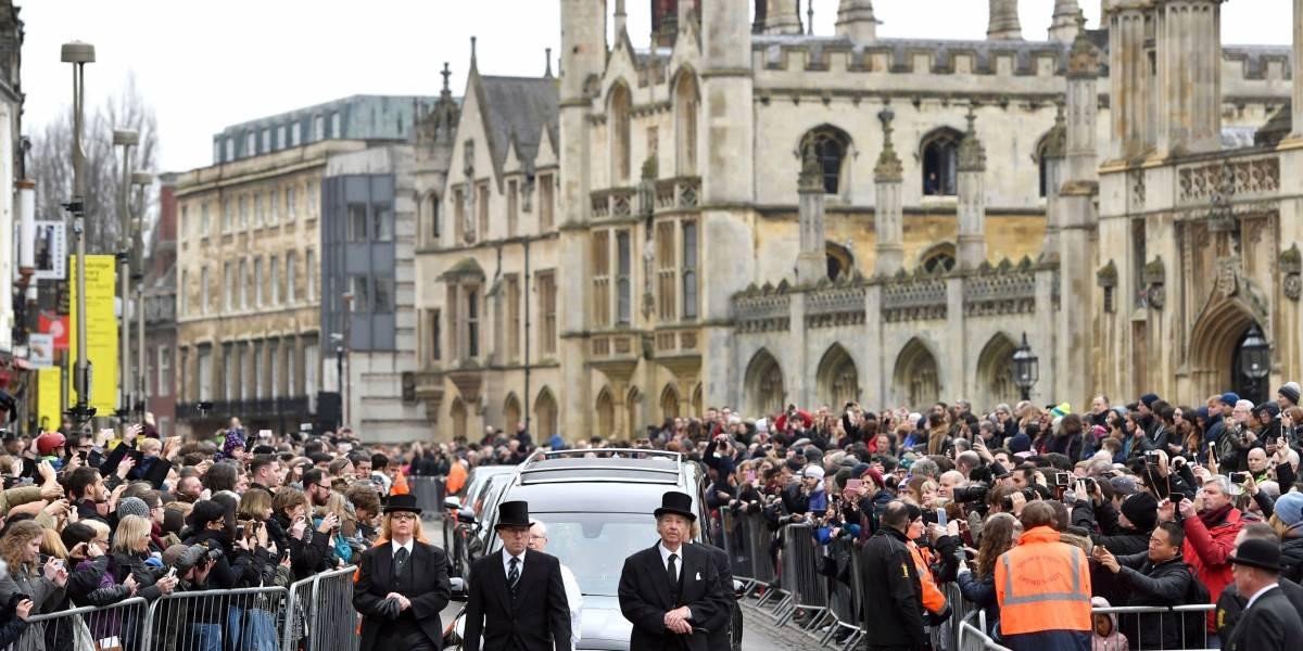 Funeral religioso para un ateo: Cientos rinden homenaje a Stephen Hawking