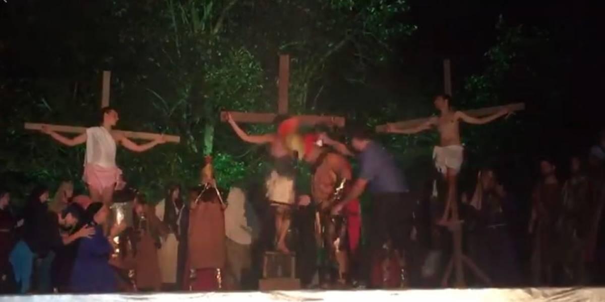 Homem invade palco e dá golpe de capacete para salvar 'Jesus' em peça teatral; assista