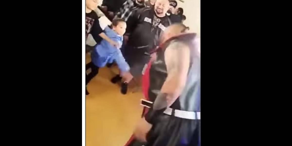 Luchador escupe a niña y padre lo golpea brutalmente