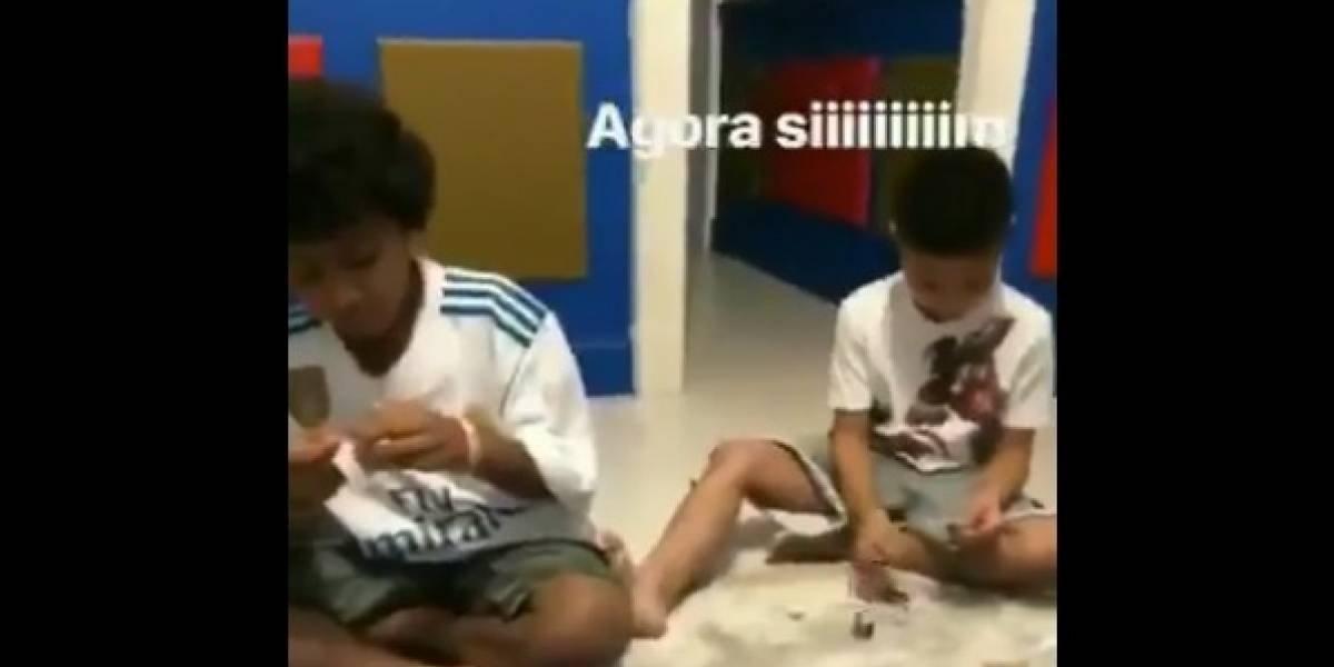 Hijos de futbolista enloquecen cuando les sale estampa mundialista de su papá