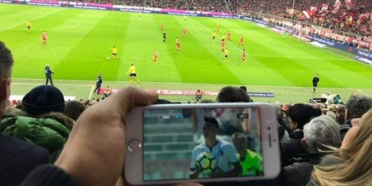 El colocolino Arturo Vidal festejó el triunfo ante la UC en el estadio viendo al Bayern