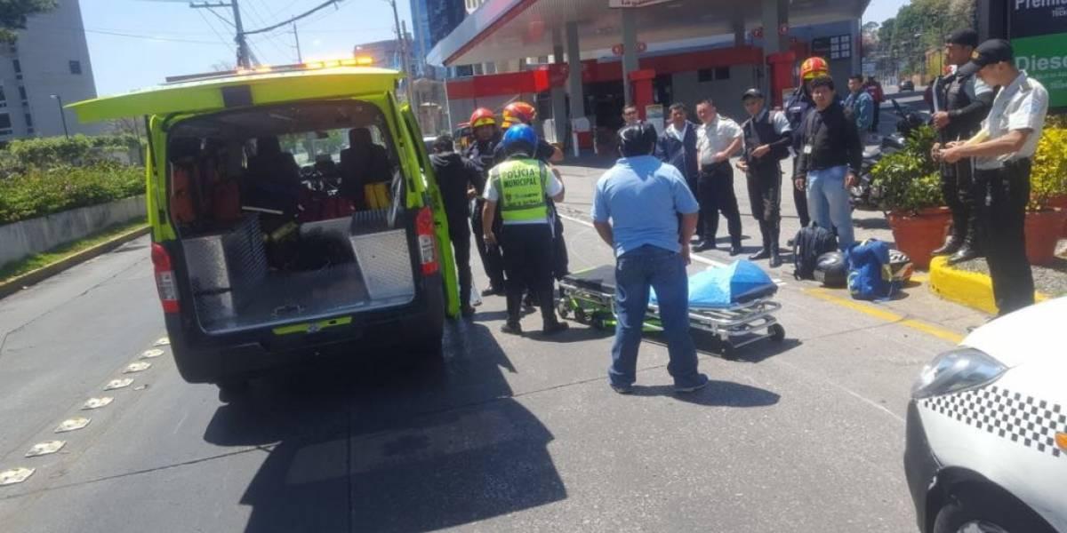 VIDEO. Moto choca con taxi que se atravesó dos carriles en la zona 10