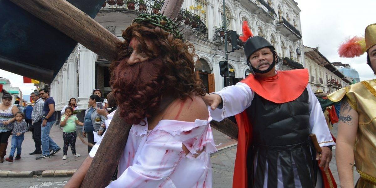 Hombre trata de 'salvar' a Jesús de la cruz y agrede a un actor en Viernes Santo