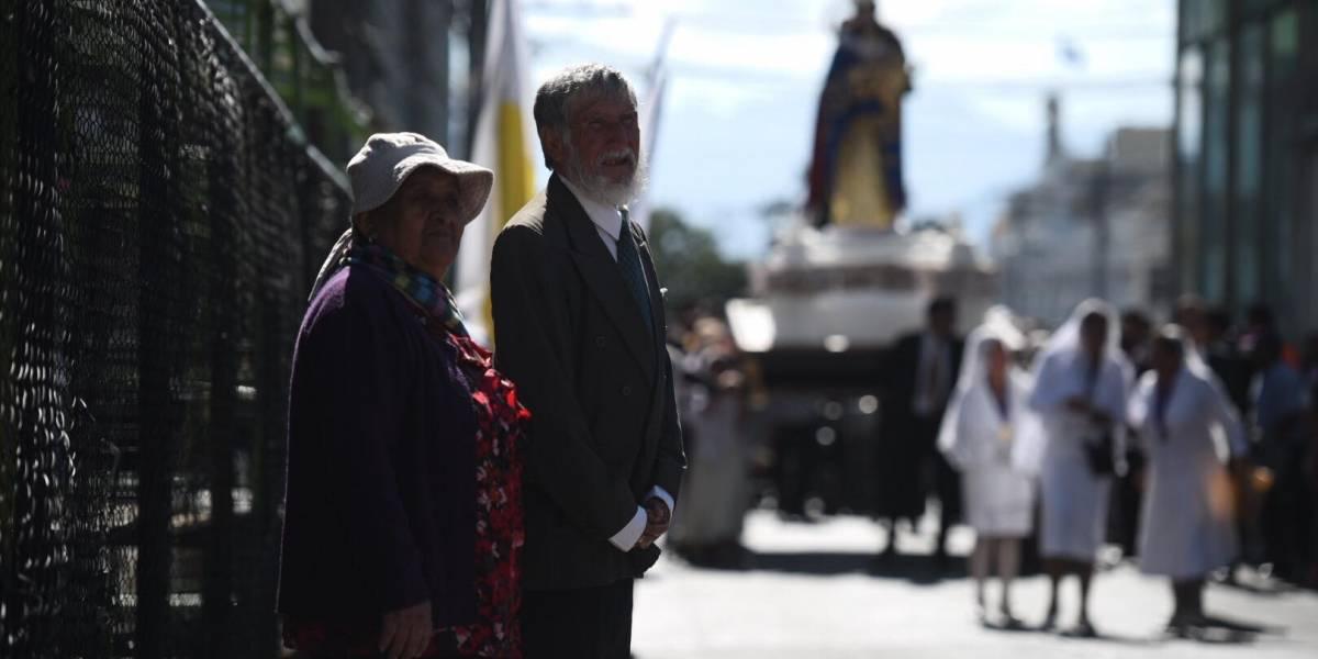 Los esposos Santizo participaron en la procesión más importante de la Semana Santa