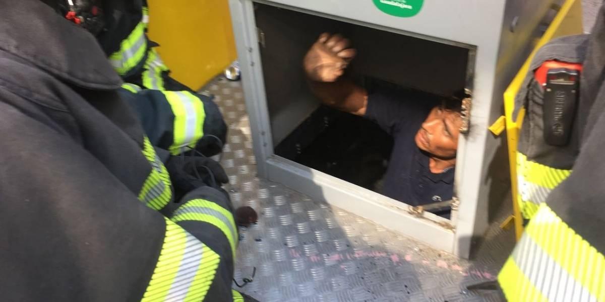 Rescatan a a hombre atorado en un contenedor de basura