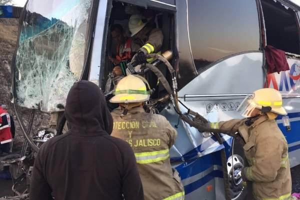 Choca autobús contra trailer cerca de Jalostotitlán