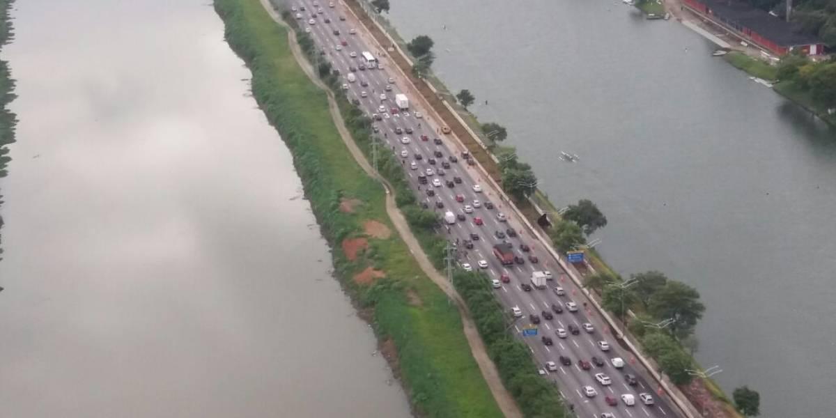 Faixa bloqueada na marginal Pinheiros por causa de obras complica trânsito em SP
