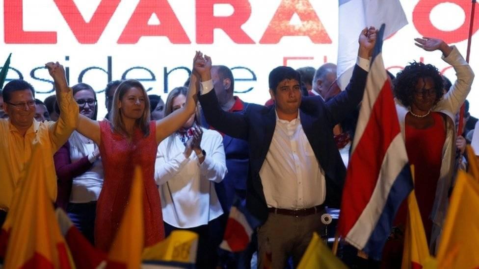 A Carlos Alvarado sus simpatizantes le aplauden el apoyo al matrimonio igualitario y sus propuestas sociales y educativas.  Reuters