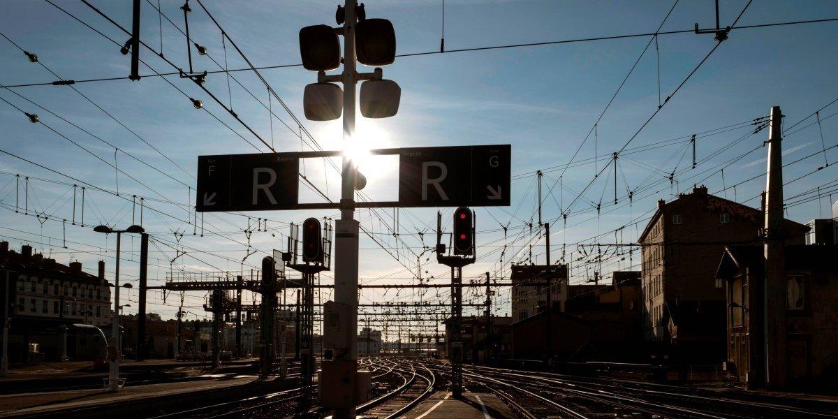 Francia paralizado por huelga de trenes ante medidas económicas de Macron