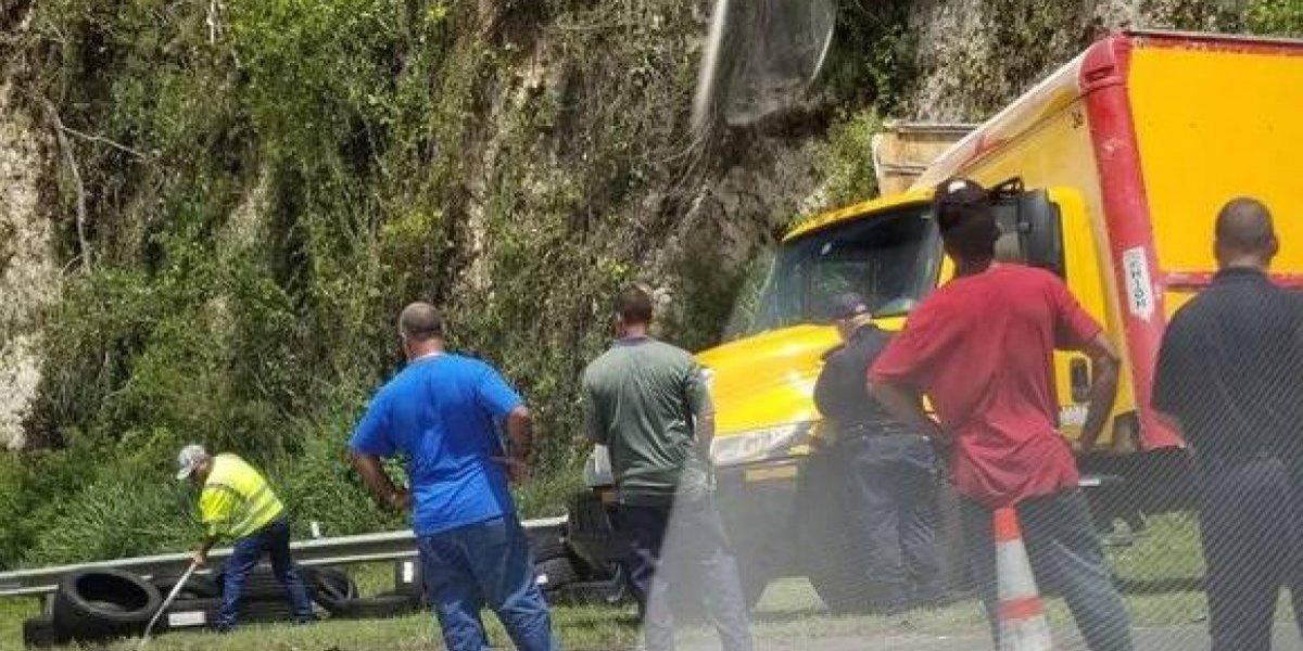 Accidente con camión volcado en PR-22 deja gomas esparcidas