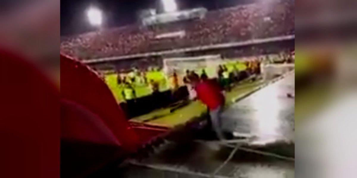 VIDEO: Aficionado de Veracruz sufre fuerte caída por reclamar el penal