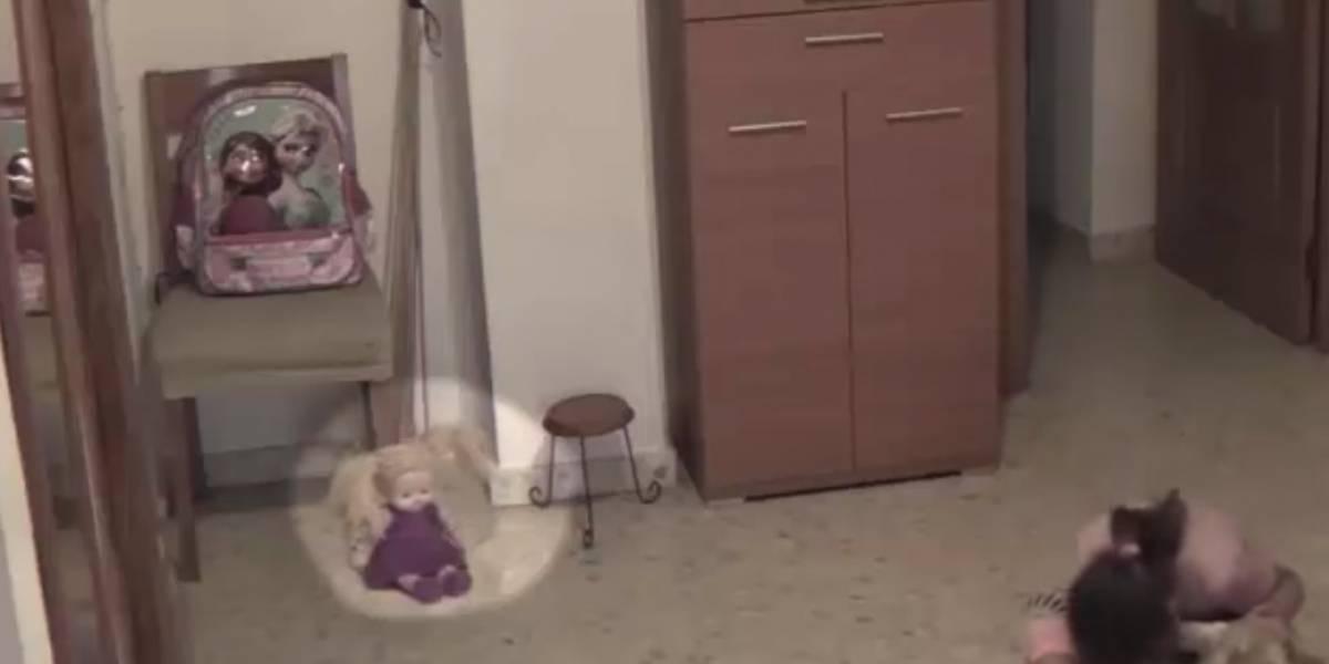 Padres instalan cámara en cuarto de su hija y captan algo aterrador