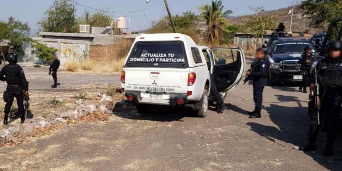 Sujetos armados roban camionetas del INE en Michoacán