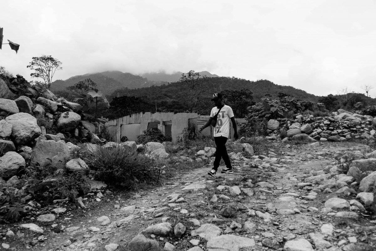 San Miguel, San Fernando y Laureles, entre muchos otros, son los barrios por donde pasó la avalancha. Allí es mucho más fácil entender las secuelas de la tragedia. Cientos de las pocas casas que quedaron en pie pueden verse como ruinas en medio del caos.