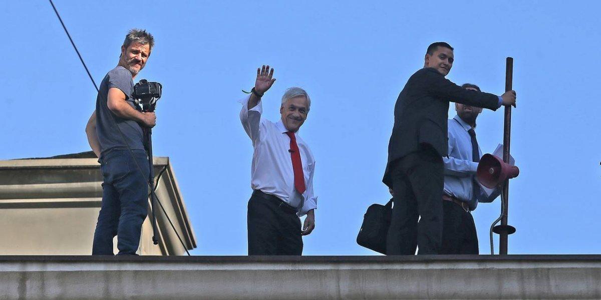 Presidente rechaza usar dobles y se sube al techo de La Moneda para grabar arriesgado video