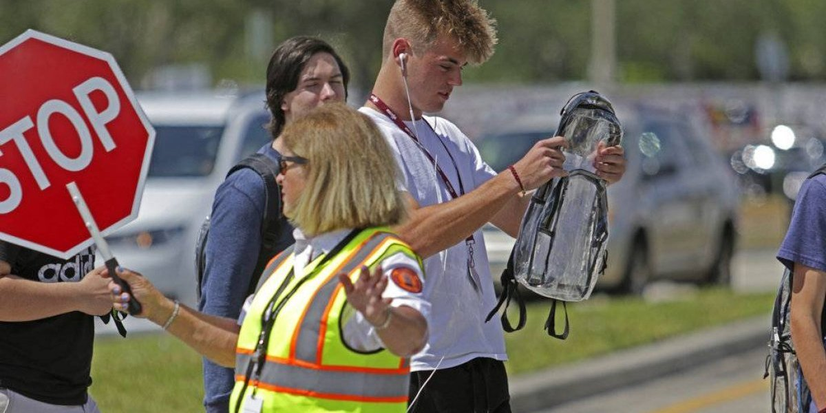"""""""Cruzaron una linea"""": Estudiantes de Parkland critican el uso de mochilas transparentes para evitar tiroteos"""