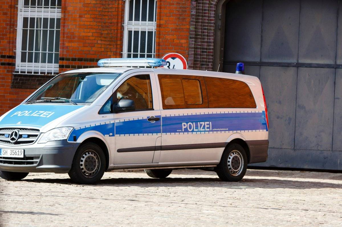 Un auto policial frente a la entrada a la prisión de Neumuenster, en el norte de Alemania, el 2 de abril de 2018. El expresidente de Cataluña, Carles Puigdemont, está encarcelado en ese penal desde finales de marzo en base a una orden de detención europea emitida por España y mientras se resuelve su extradición. (Frank Molter/dpa via AP)