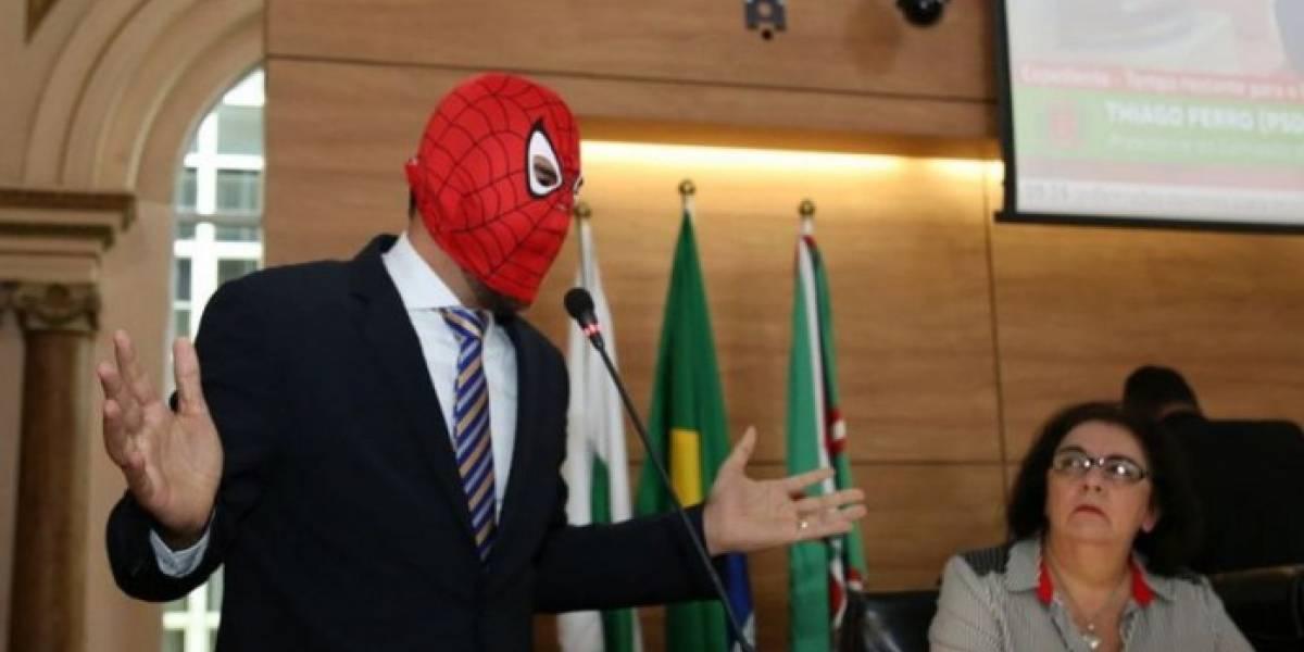 Vereador de Curitiba usa máscara do Homem-Aranha no Plenário da Câmara