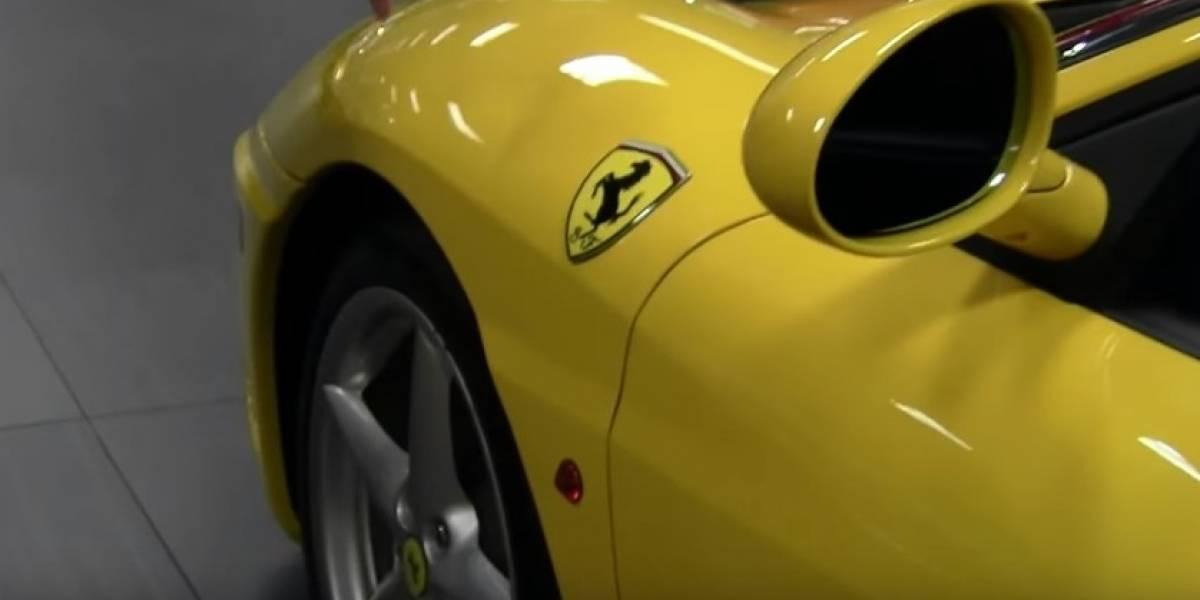 Quería vender su Ferrari amarillo y decidió llamar la atención de los compradores con una polémica y explícita foto