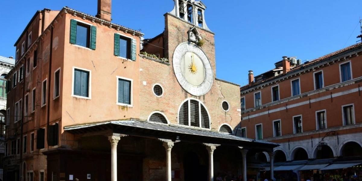 Turistas são flagrados dançando nus em Veneza