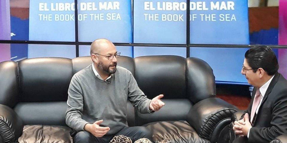 """Habla chileno que repartió """"El libro del mar"""" y que ahora pide refugio en Bolivia: """"He sido perseguido y amedrentado"""""""