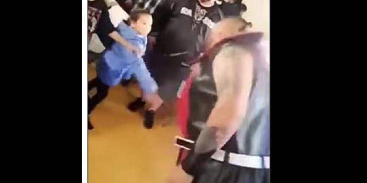 VIDEO. Luchador escupe a una pequeña y su padre le propina una gran golpiza
