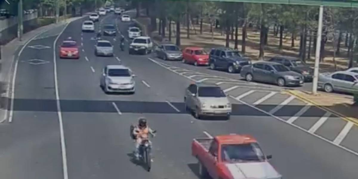 VIDEO. Motorista es atropellado por imprudencia de automóvil