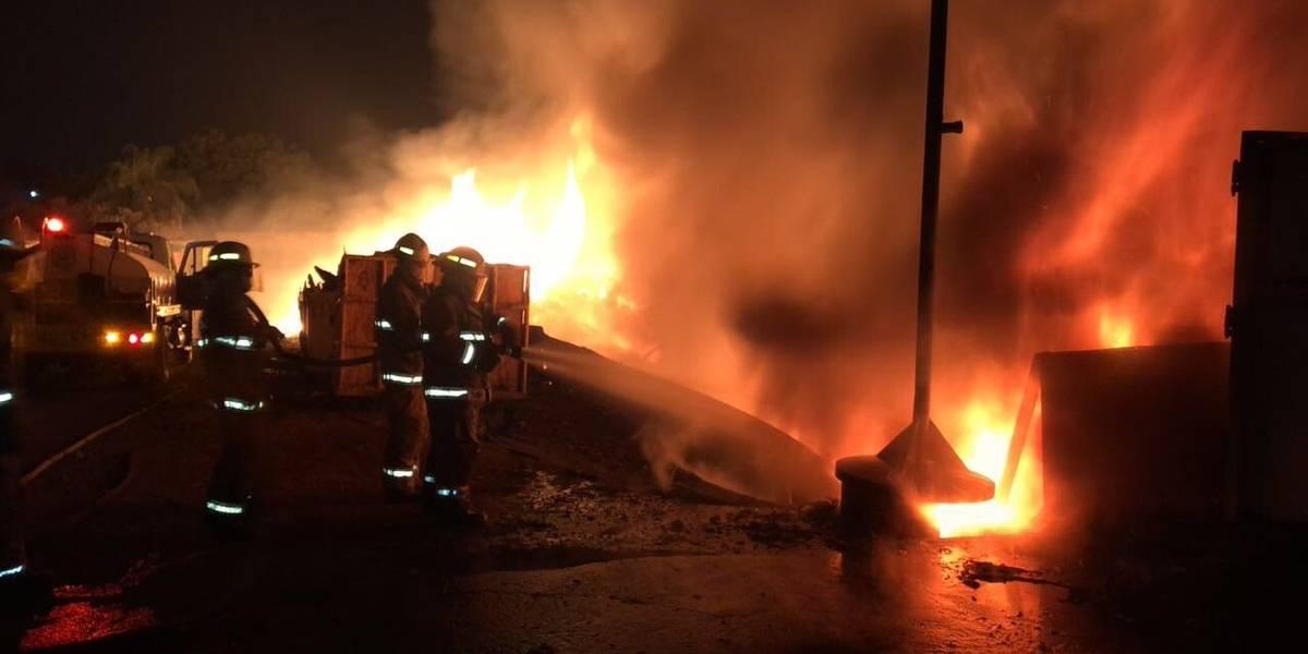 Combaten por 12 horas incendio en una planta recicladora