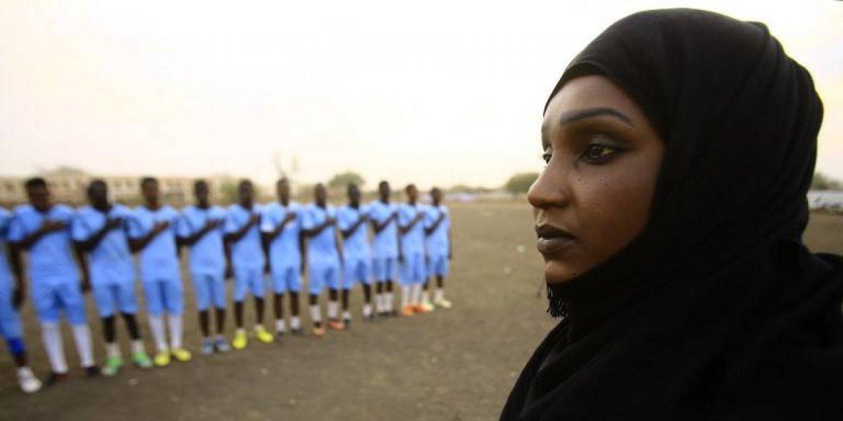 La mujer que ha hecho historia en Sudán, entrena a un equipo de hombres