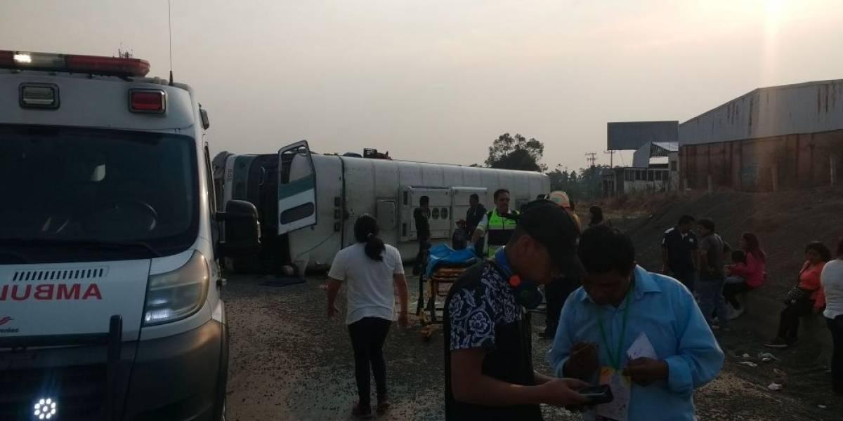 Vuelca camión de pasajeros en la México-Puebla; hay cinco heridos
