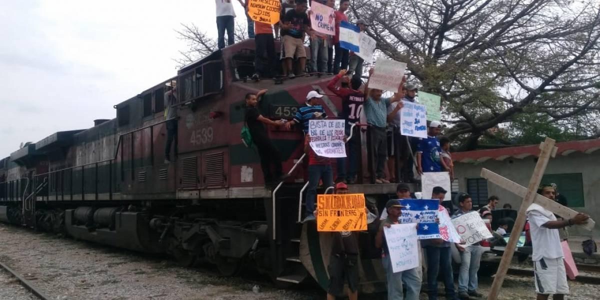 Caravana de migrantes que busca llegar a EU está retenida en Oaxaca