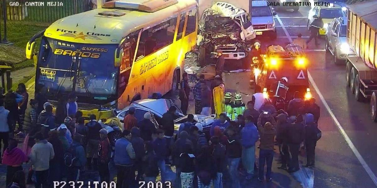 Se reporta accidente de tránsito entre un bus, un camión y un auto en Machachi