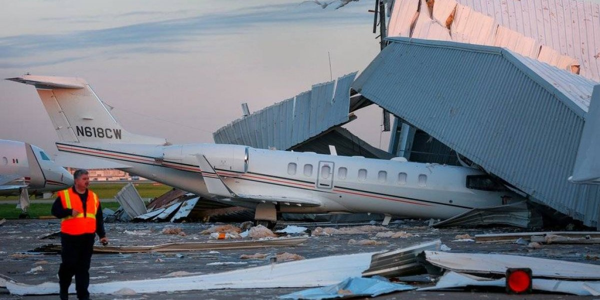 Colapsa hangar en aeropuerto de Houston