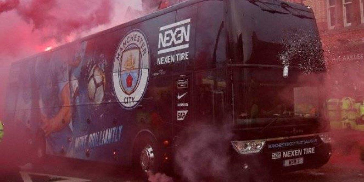 Aficionados del Liverpool dañan camión del Manchester City