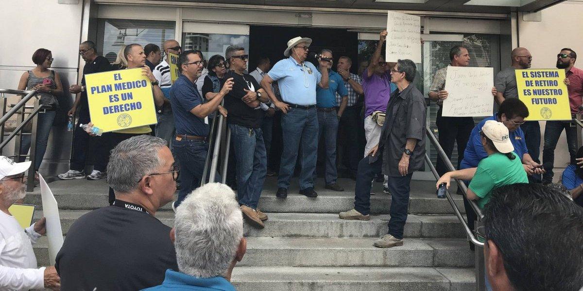 Jubilados de la AEE demandan al gobernador