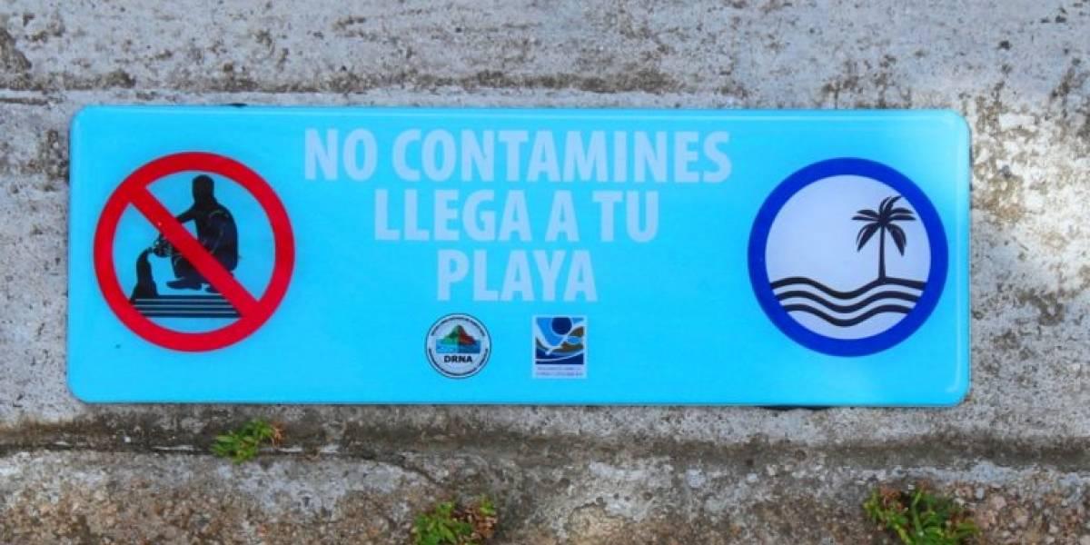 Municipio de Humacao y DRNA instalan rótulos con mensajes en rejillas pluviales