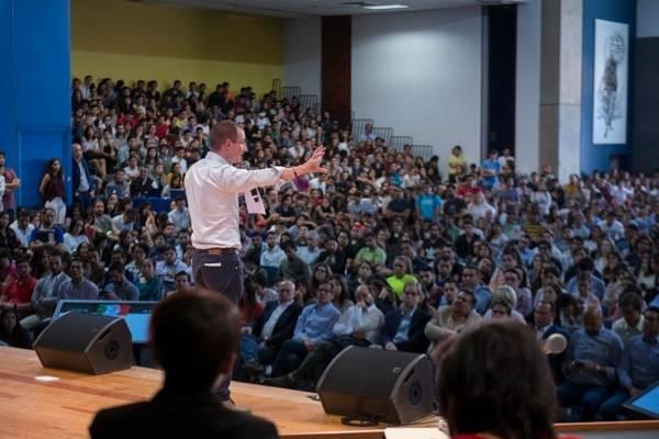 Ricardo Anaya es cuestionado por estudiantes en Jalisco